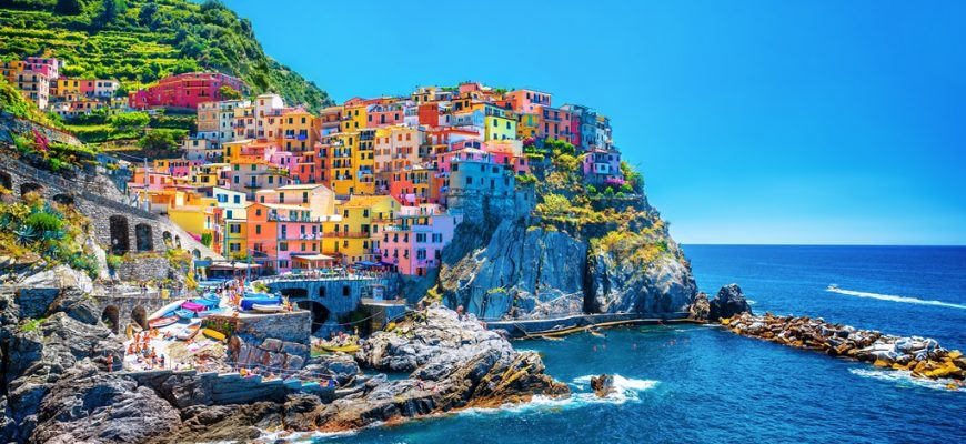 Beautiful-colorful-cityscape-67953764-870x400