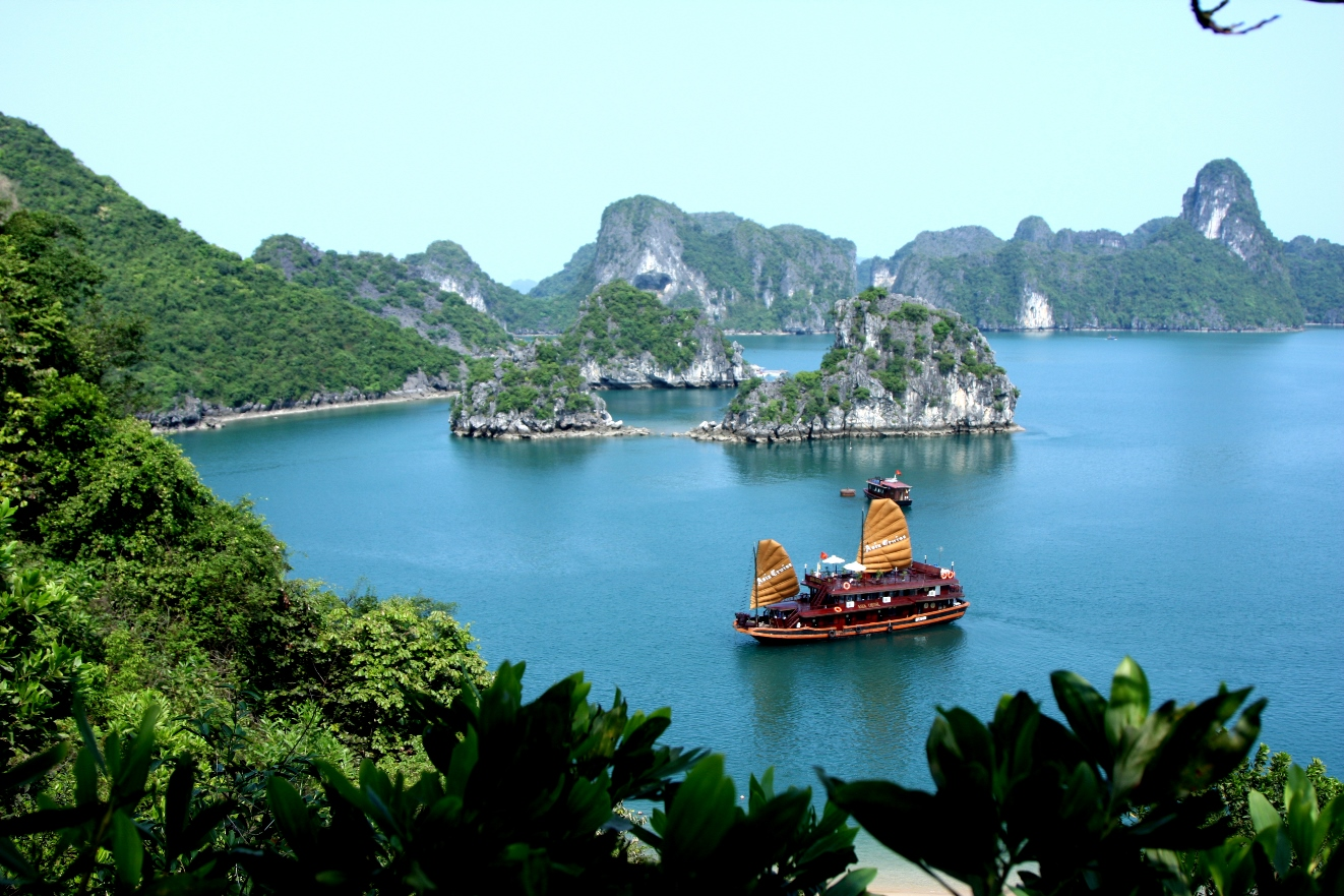 Asia Cruise_Junk_in_Halong_bay_1432372641